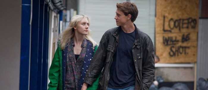 Saoirse Roman and George MacKay in How I Live Now (2013)